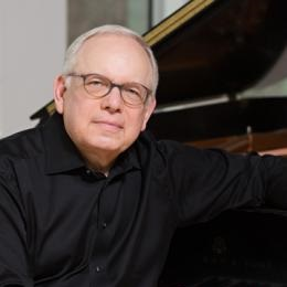 Photo of pianist Peter Takács