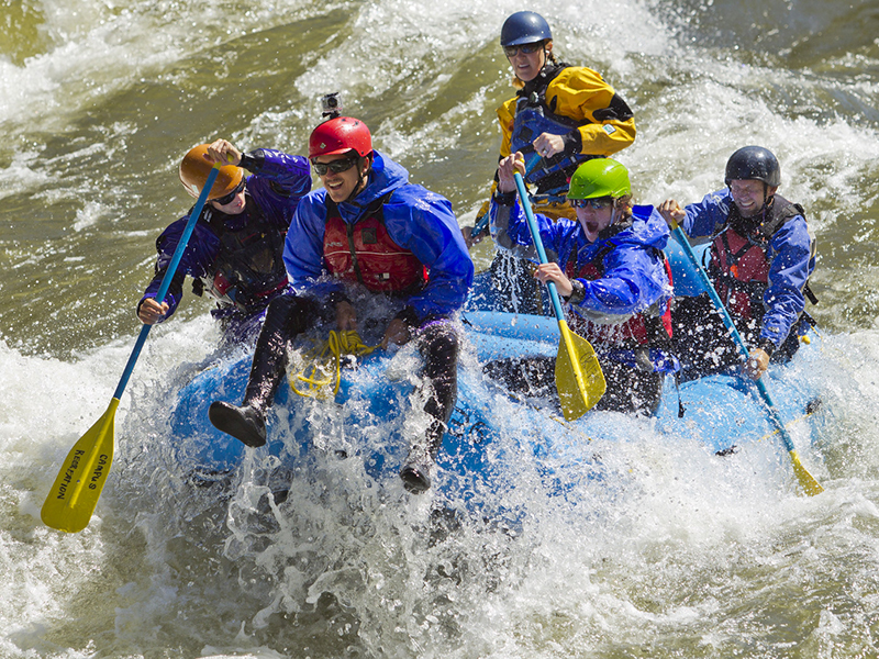 UM Student guides from campus recreation raft Alberton Gorge final